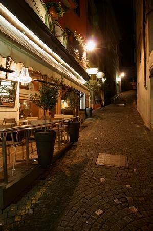 Hotel-Restaurant de la Rouvenaz: 酒店楼下的小路