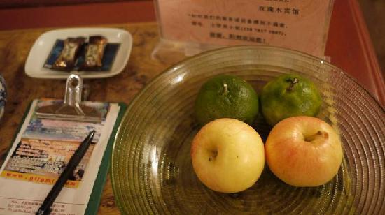 Rosewood Inn: 酒店赠送的水果和巧克力