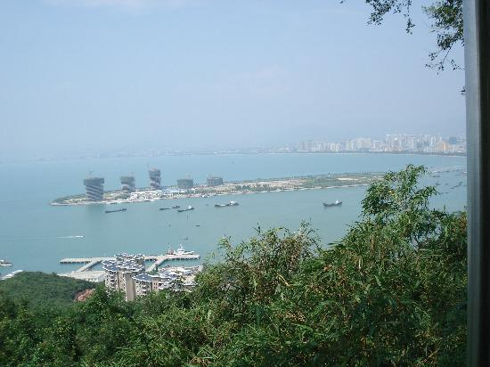 Yalong Bay: 小小渔船在大海上飘荡