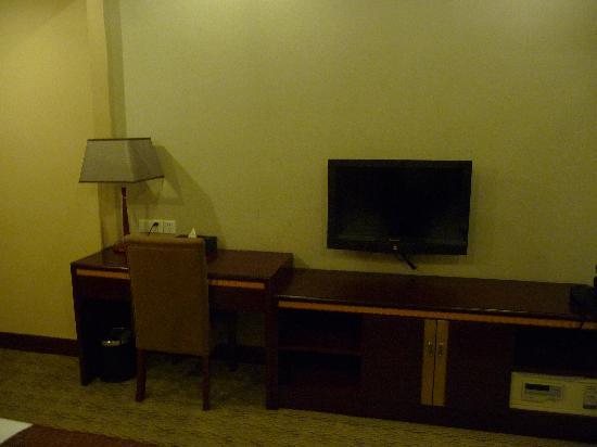 Hainan Hotel: 桌子和液晶电视
