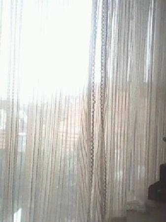 Hangliao Hotel: 房间落地窗前