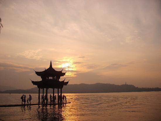 Hangzhou, Chine : 这是杭州五天之行唯一一个晴朗的傍晚。感慨的同时,哦也很庆幸,毕竟西湖烟雨中。