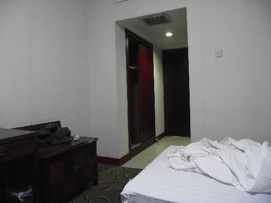Luado Youth Hostel: 床和门
