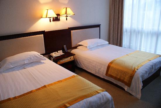 Wudangshan Hotel: 标间的床
