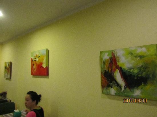 Beijing Yinma Hotel: 早餐厅的壁画,这里有电脑,免费用,可上网。