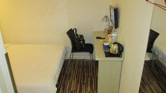 Orient Hotel : 床前小几