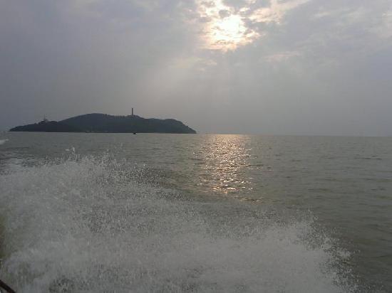 Chaohu, China: 在快艇上回望姥山岛