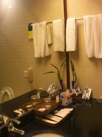 Ocean International Hotel : 浴室一角,东西还是蛮丰富的