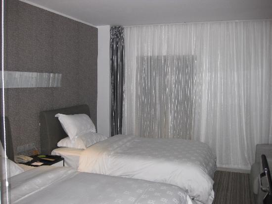 Kingtown Hotel: 双人床及落地窗户(那个黑黑的就是啦)