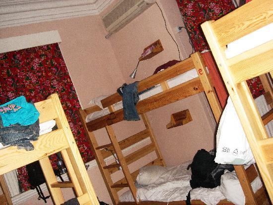 Inn Joy World : 这是我当时住的8人间,很整洁,很有情调……