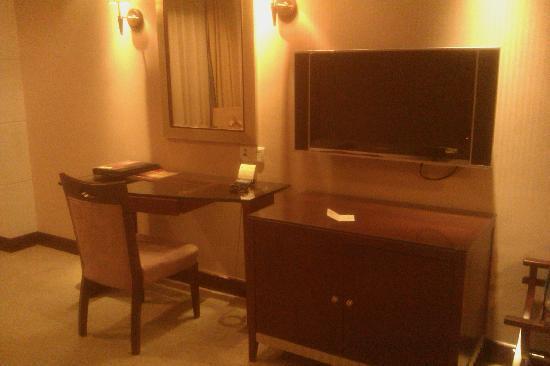 CP Peninsula Hotel: 办公桌,电视
