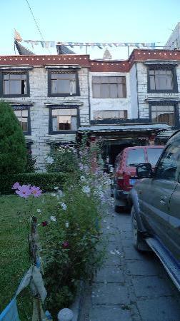 Snowlands Hotel: 宾馆主楼前的美丽小花