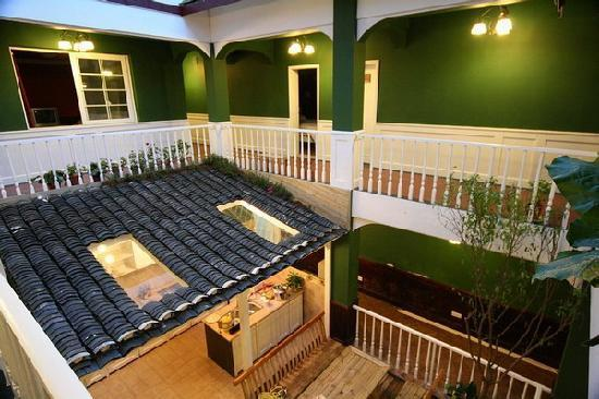 Nana Inn (Yangshuo West Street): 一片的绿色还是舒服,楼下的开放式厨房很不错!