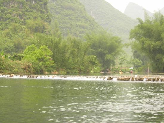 Yangshuo, China: 潺潺的流水