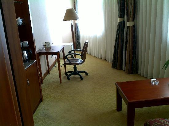 Xiangyang Hotel: 套间的小书房