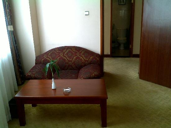 Xiangyang Hotel: 套间的小沙发