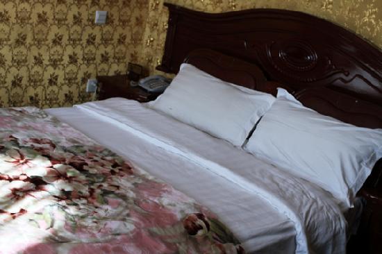 Minzheng Fuli Hotel: 大床,阳光充沛