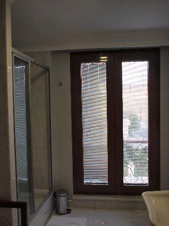 Hotel Monec: bathroom window