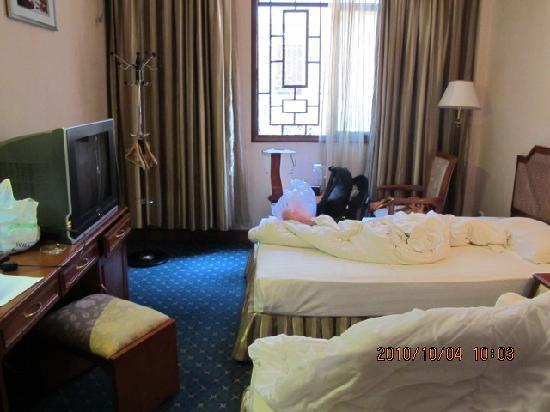 Phoenix Jiangtian Holiday Village : 房间里的床,被子最好盖被套,还干些舒服些