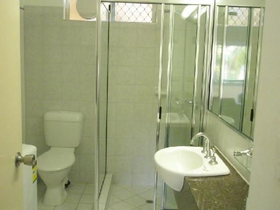 Tradewinds McLeod Holiday Apartments: 干净的卫生间,门后有洗衣机和烘干机