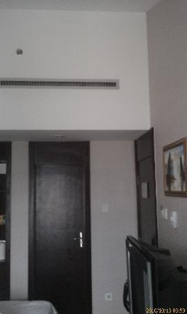 Jintone Guilin Grand Hotel: 看床离门的位置,小不小,这是6楼顶层,还是个斜房顶