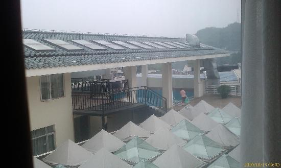 Jintone Guilin Grand Hotel: 屋外对面是空中游泳池,不过貌似没开