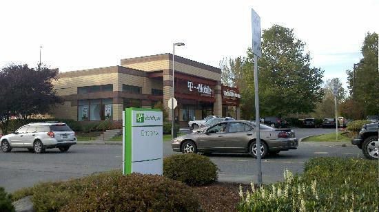 Holiday Inn Seattle - Issaquah: 旁边就是T-Mobile