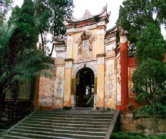 Fengjie County, China: 美丽白帝城正大门。
