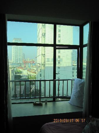Home Inn (Shanghai Wujiaochang): 很喜欢的窗台,是这个房间里我最喜欢的
