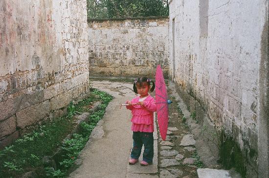 Chaji Ancient Buildings: 有一个漂亮的小女孩