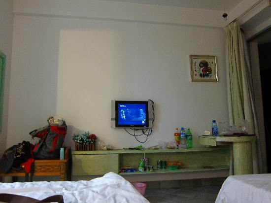 Rujia Seascape Hotel Sanya Yefeng Haiyun: 可以和墙上的画对比电视的尺寸