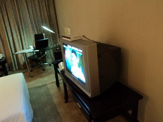 Enjoy Hotel: 电视是很大,频道也很多,但是应该觉得换液晶的了吧