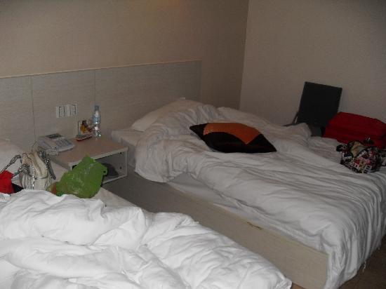 Youhe Chengshi Hotel : 酒店内的床铺,被搞乱后才照的