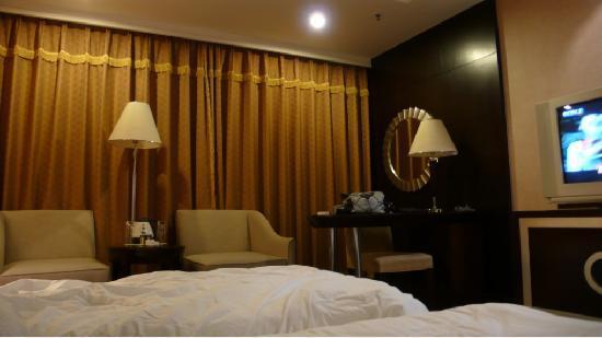 Make Boluo Business Hotel : 有一个办公桌,那个镜子还挺有情调的!