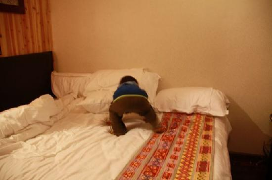 Langyuntai Hotel: 大床很好,软硬合适,床品也很好.不过房间真的很小