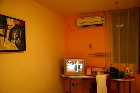 Motel 168 Shanghai Tianshan Road: 小电视机,书桌和空调