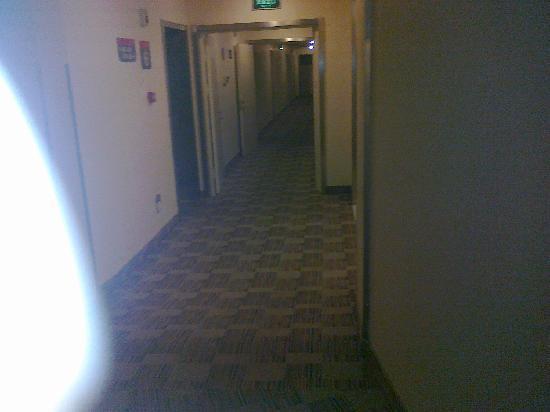 Grace Inn (Qingdao Zhanqiao): 这是酒店的过道,青岛的地方是寸土寸金。