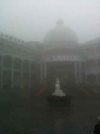 LuShan Xi Hu Hotel : 早晨有雾 西湖宾馆给人一种很飘渺的感觉