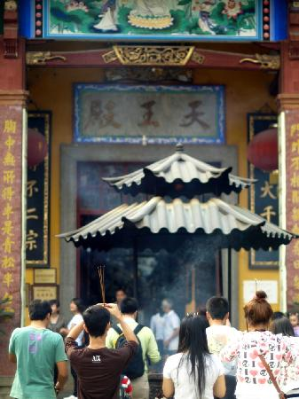 Yunmen Mountain Dajue Temple: 天王殿,香火鼎盛