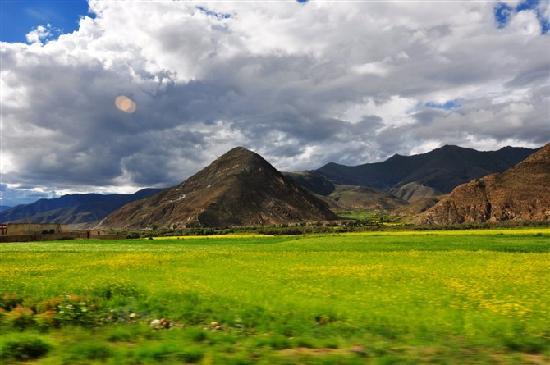 Sichuan, Kina: 蓝天、白云、黄褐的山,黄色的油菜地,一幅人间美景