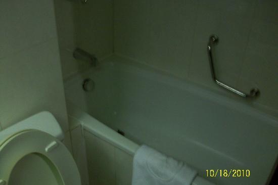 GreenTree Alliance Tonglin Yayuan Hotel: 传统的浴缸,真是不错
