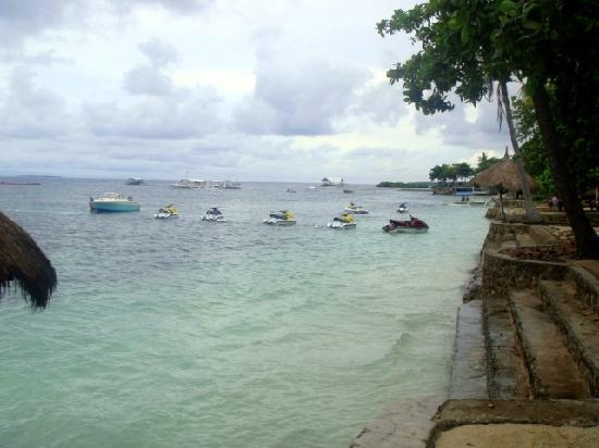 Tambuli Beach Club East Wing: 远处的摩托艇