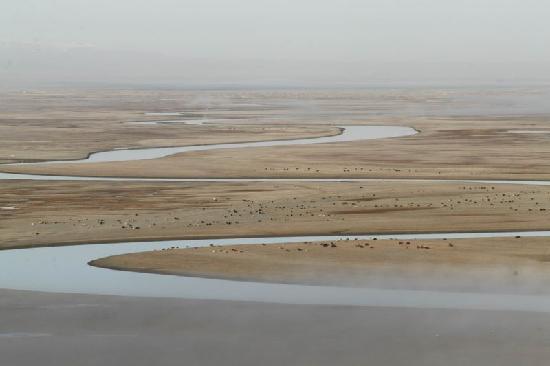 Hejing County, Cina: 晨曦燙過結霜的河面,蒸起縷縷輕烟