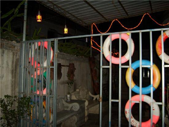 Yucun Family Guest House: 夜晚院子一角