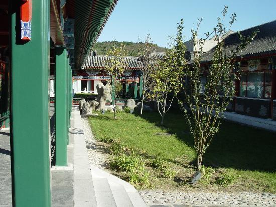 Ternary Xiangshan Business Hotel: 院子的回廊