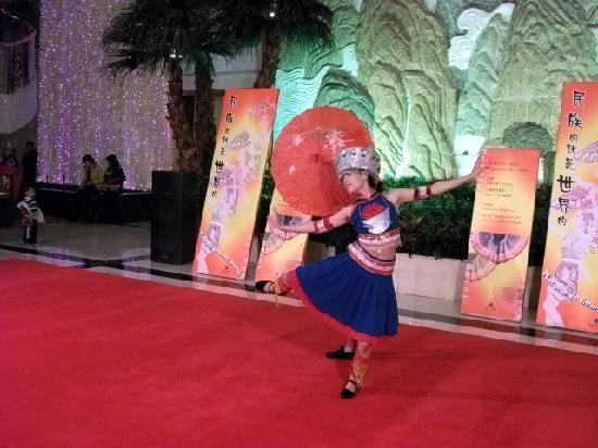 Beijing Guangxi Plaza: 领舞美眉的动作和表情,一看就知道是苦练多年的童子功