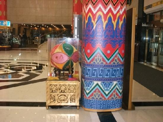 Beijing Guangxi Plaza: 大堂的廊柱和绣珠仿佛把壮乡画卷的一角扯下来放到了北京