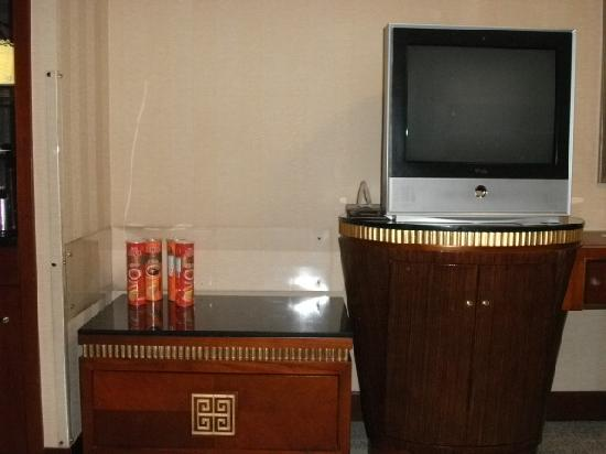 Beijing Guangxi Plaza: 电视柜的造型,很像桂林山水,冰箱大隐隐于下