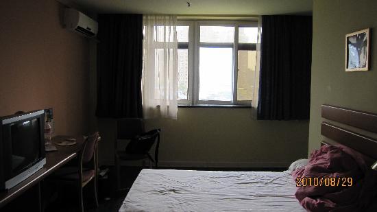 Home Inn (Shanghai Wuning Road): 从门口望去房间全貌,右拐是厕所~