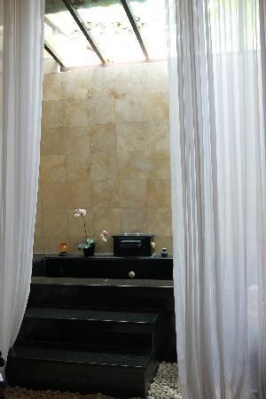Bali SHE Villas: 浴室超级大,这个是大理石砌的浴缸